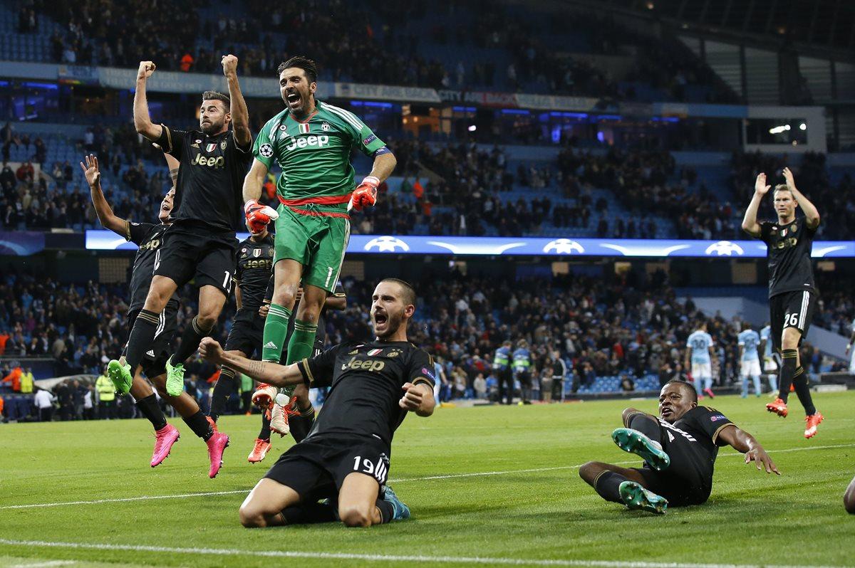 Los futbolistas de la Juventus celebran eufóricos su triunfo ante el City en el Etihad Stadium, de Mánchester, Inglaterra. (Foto Prensa Libre: AP)