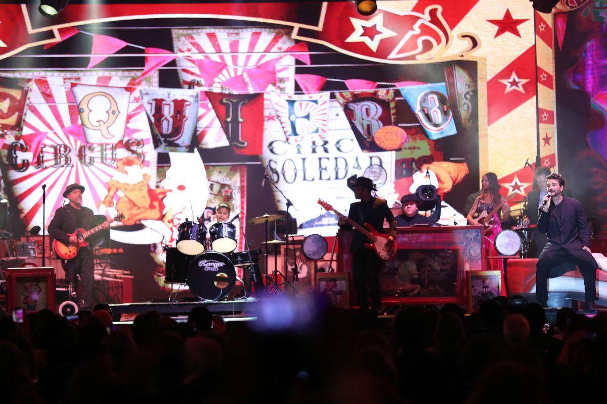 """César Roberto Hernández Rosa tocó la batería en el tema """"Te quiero"""", durante un concierto de Ricardo Arjona. (Foto Prensa Libre: Keneth Cruz)"""