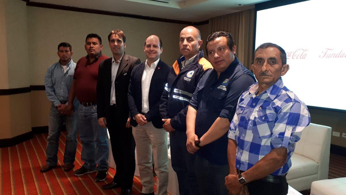 Representantes de las comunidades beneficiadas se reúnen con representantes de la Fundación Coca Cola. (Foto Prensa Libre: Eslly Melgarejo)