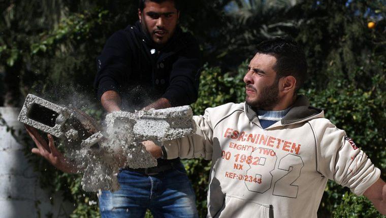 Mohamed Baraka, el hércules de Gaza, rompe un block para mostrar su fuerza. (Foto Prensa Libre: AFP).