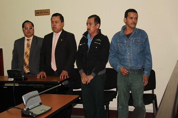 Antonio Rogelio Velásquez López (Izq.) y Saúl Aurelio Méndez Muñoz, acompañados por sus abogados en el Tribunal de Femicidios de Huehuetenango. (Foto Prensa Libre: Mike Castillo).