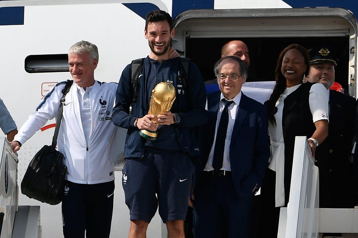 Los campeones del Mundo se mostraron emocionados al bajar del avión que los transportó de Rusia a Francia. (Foto Prensa Libre: AFP)