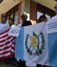 Un grupo de connacionales protesta frente al consulado de Guatemala en Los Ángeles, California, Estados Unidos, por la falta de pasaportes. (Foto Prensa Libre: EFE)