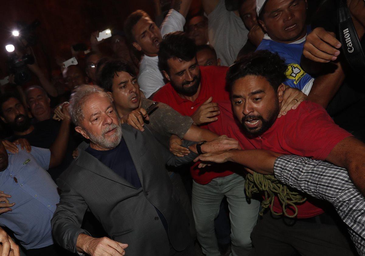 El expresidente Lula da Silva se entregó a la policía para ir a prisión y cumplir una condena por corrupción. (Foto Prensa Libre: AFP)