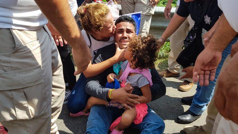 Migrantes hondureños son detenidos entre gritos de niños. (Foto Prensa Libre: Cortesía agencia Xinhua)