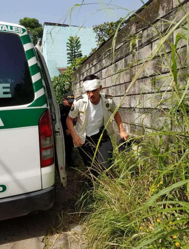 Un agente de la PNC es trasladado al Seguro Social por los Bomberos Municipales Departamentales. (Foto Prensa Libre: Hemeroteca PL)