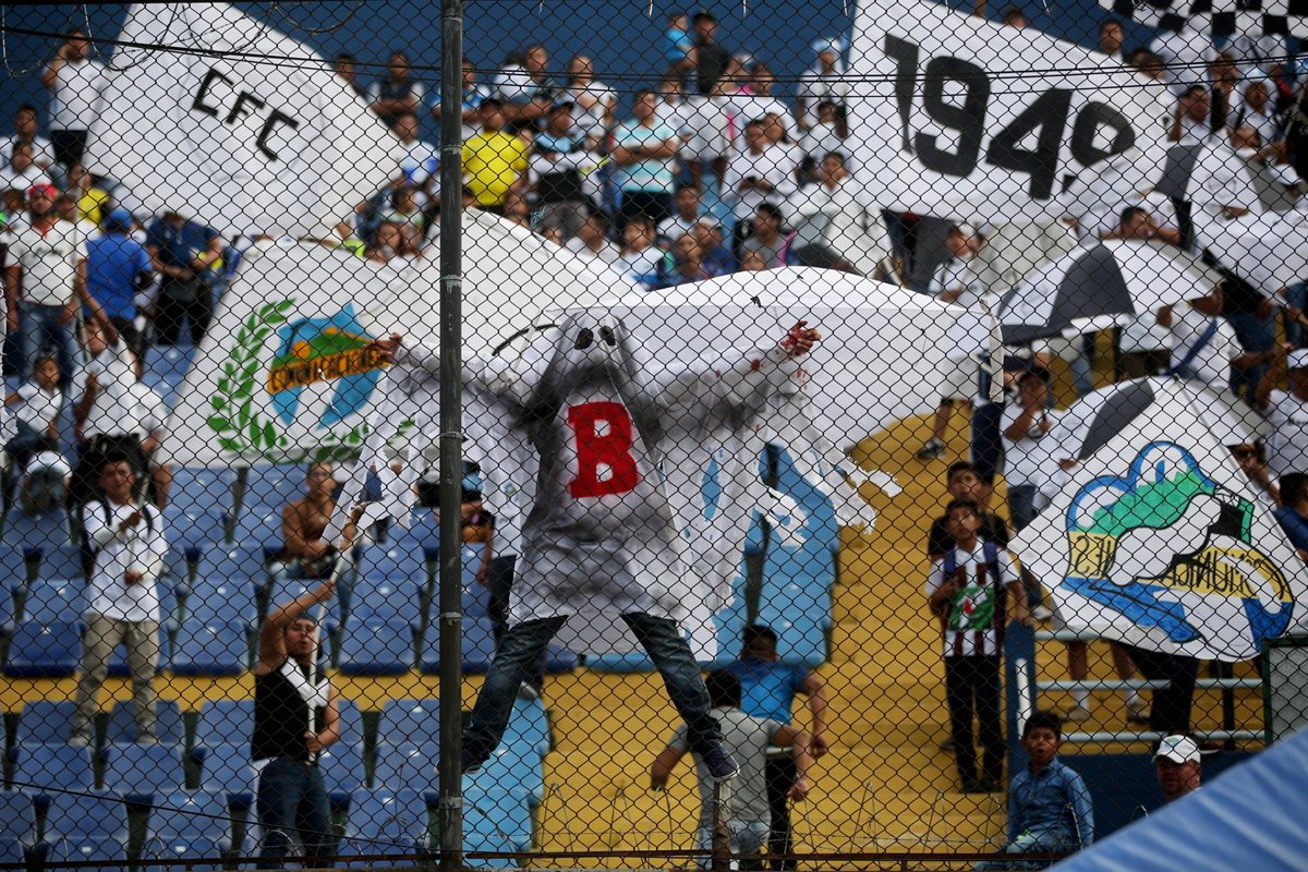 Varios aficionados cremas se vistieron como fantasmas con una B pintada en el pecho. (Foto Prensa Libre: EFE)