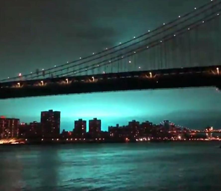Así se veía el cielo en Queens, Nueva York, a causa de la explosión de un tranformador de energía. (Foto Prensa Libre: AFP)