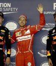Vettel celebra luego de conseguir el primer puesto de la parrilla de salida en Singapur. (Foto Prensa Libre: EFE)