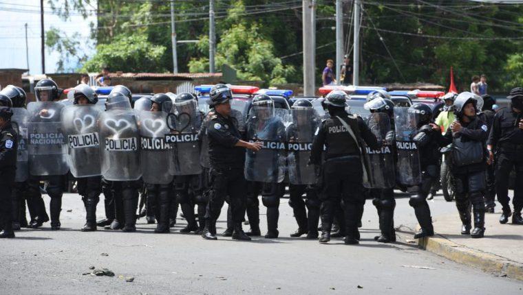 Policías orteguistas atacan a manifestantes (Foto Prensa Libre: La Prensa Nicaragua)