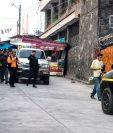 Agentes de la Policía Nacional Civil custodian a dos capturados de la comuna de San Lucas Tolimán, Sololá. (Foto: cortesía de José Cerezo)