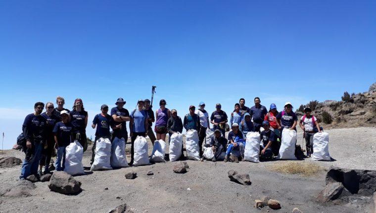 Grupo de voluntarios junto a los desechos que recolectó en el volcán Santa María, en Quetzaltenango. (Foto Prensa Libre: Cortesía Inguat).
