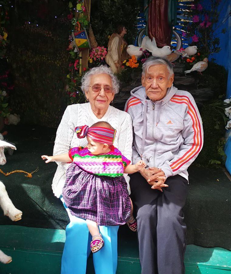 Beatriz Escobar – de suéter blanco – junto a su esposo Daniel Domínguez y su bisnieta Natalie Sofía. (Foto Prensa Libre: Oscar Fernando García).