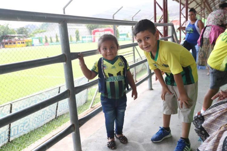 Aficionados de todas la edades animaron a su equipo. (Foto Prensa Libre: Francisco Sánchez)