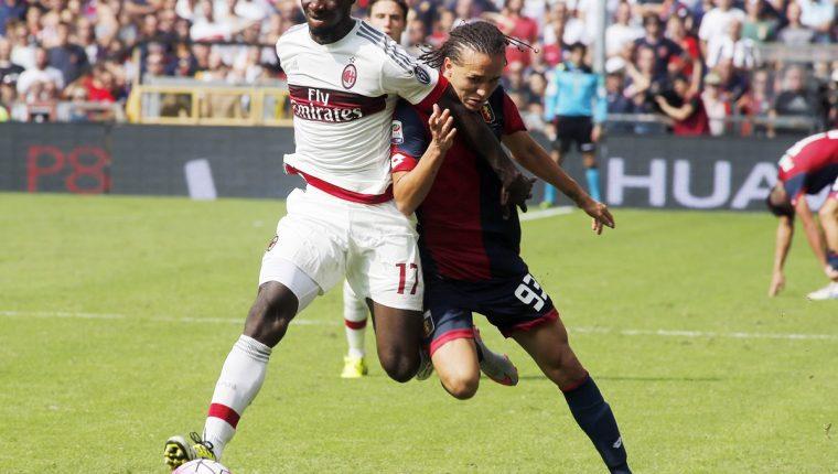 Cristian Zapata y Diego Laxalt buscan quedarse con el balón durante el encuentro entre el AC Milan y el Génova. (Foto Prensa Libre. AFP)
