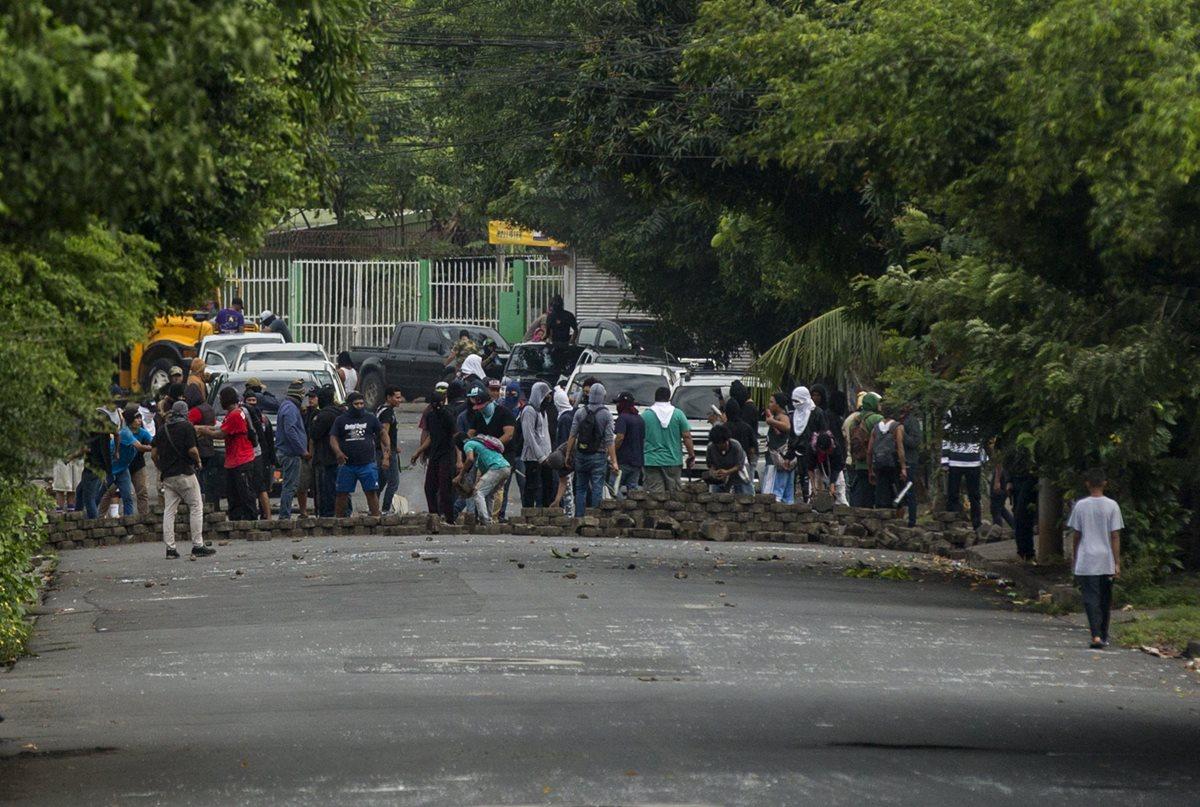 Las protestas con bloqueos de calles no dan tregua en Nicaragua. (Foto Prensa Libre: EFE)