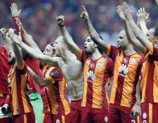 Los futbolista del Galatasaray celebran con su gente la consecución del título. (Foto Prensa Libre: EFE)