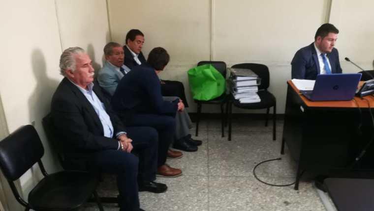 Exministro de Gobernación, Salvador Gándara (primero de la fila) y el exsecretario Gustavo Alejos (último), durante la audiencia. (Foto Prensa Libre: Kenneth Monzón)