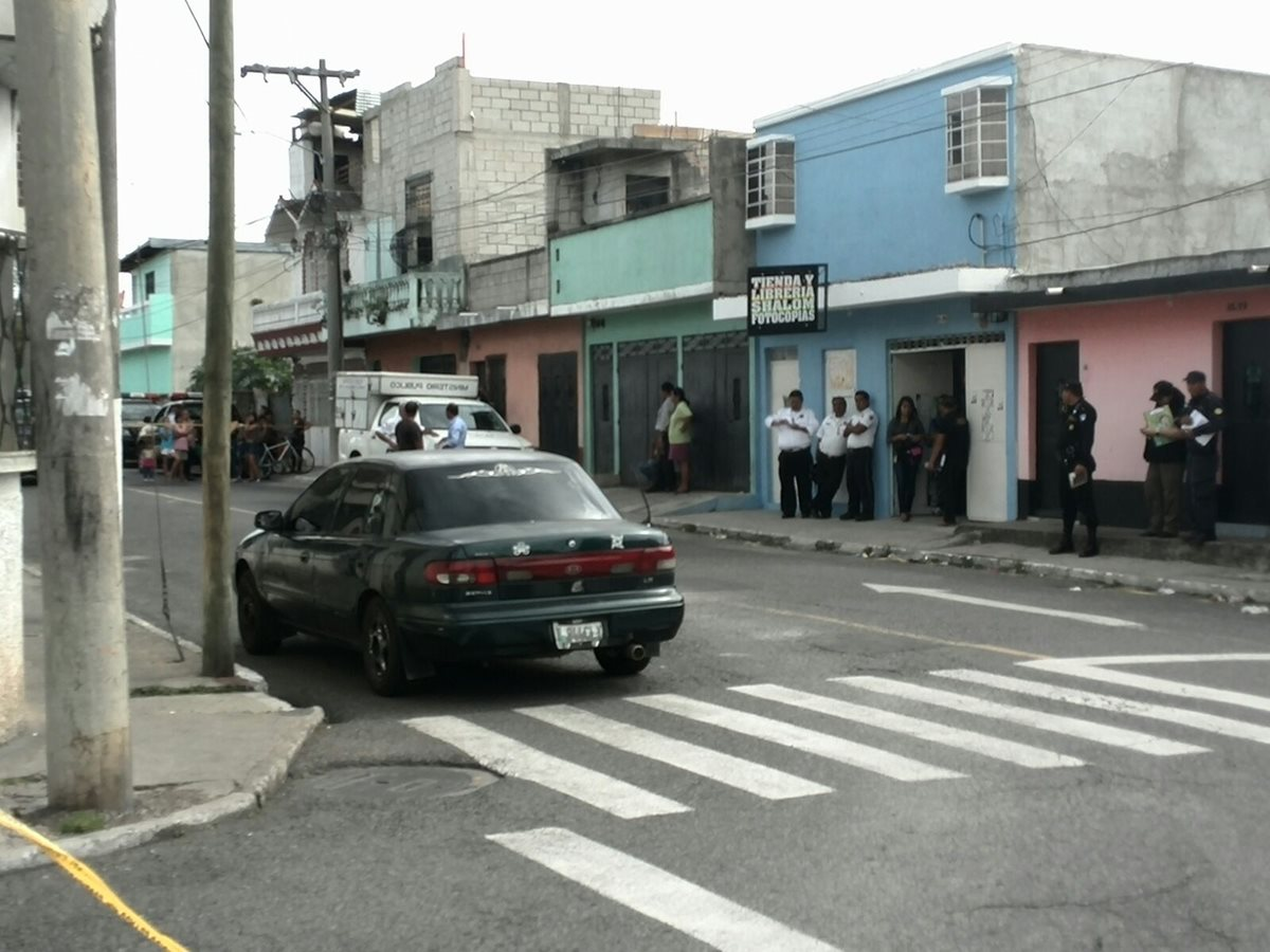 Debora Esther Iboy de la Cruz murió dentro del vehículo luego de ser atacada a balazos. (Foto Prensa Libre: Cortesía Bomberos Municipales)