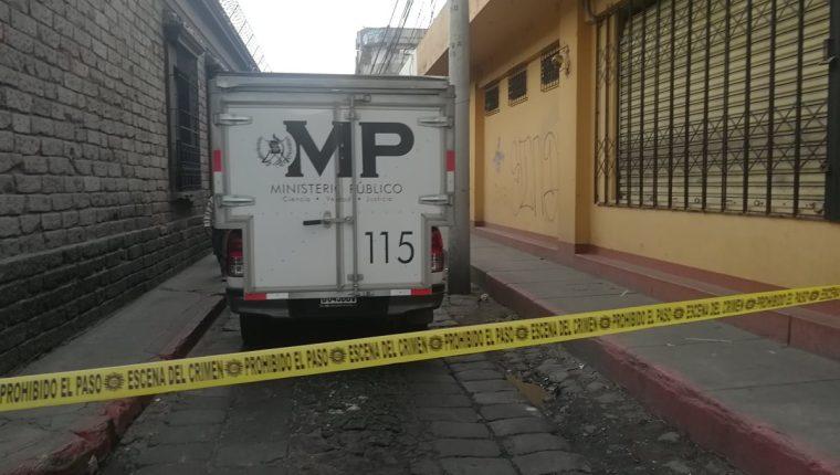 Autoridades investigan en el sector donde se ubica la cooperativa que fue objeto de robo en Quetzaltenango. (Foto Prensa Libre: Fred Rivera).