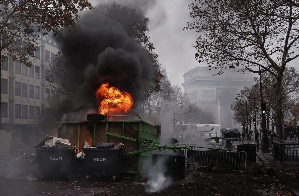 Barricada arde en llamas cerca del Arco del Triunfo. (Foto Prensa Libre: EFE)
