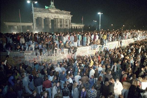 Imagen de ciudadanos de ambos lados de Berlín subidos en el Muro que durante 28 años había simbolizado al mundo bipolar. (Foto Prensa Libre: DPA)