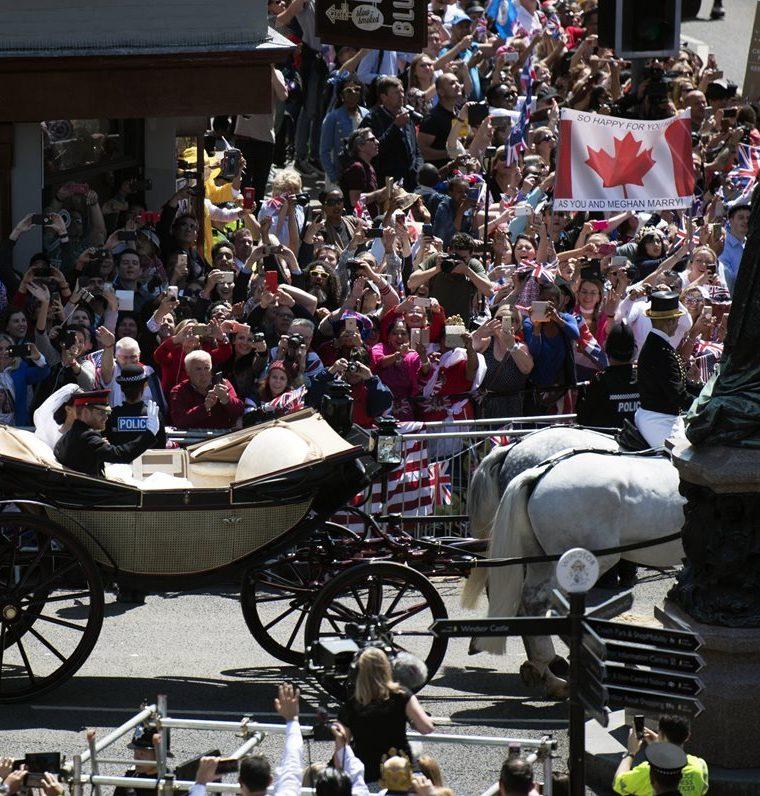 El príncipe Harry y su esposa Meghan, en un paseo desde la capilla de San Jorge hacia el castillo de Windsor.