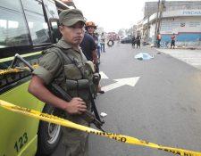 Presuntos pandilleros atacaron a balazos una unidad de la ruta 32, murió el ayudante, el piloto resultó herido. (Foto Prensa Libre: É. Ávila)