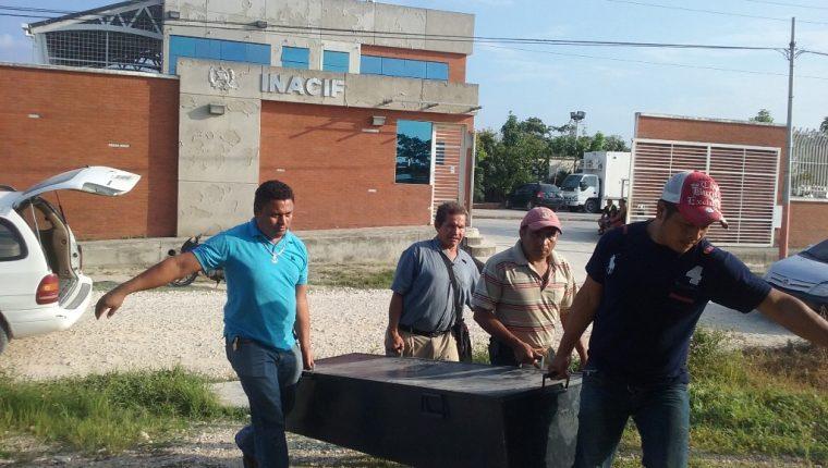Ataúd que contiene los restos de la menor es retirado de la morgue de San Benito, Petén. (Foto Prensa Libre: Rigoberto Escobar).