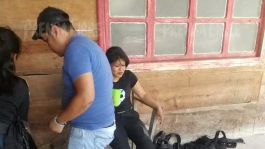 Algunos agentes resultaron heridos durante las horas que permanecieron retenidos en Purulhá. (Foto Prensa Libre: Eduardo Sam).