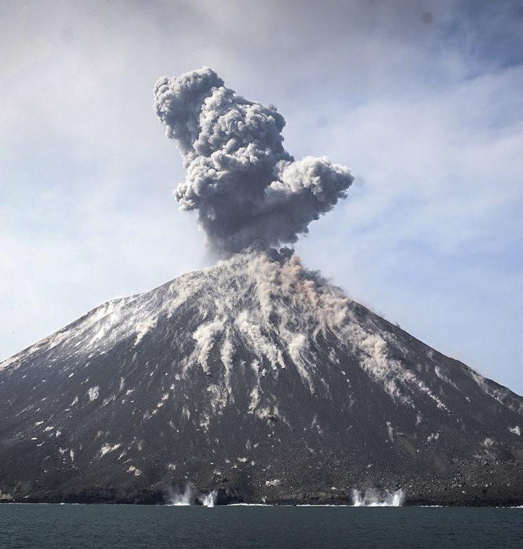 El tsunami pudo ser originado por un deslizamiento de tierra submarino producido por la erupción del volcán Anak Krakatau. (Foto Prensa Libre: Agencia EFE)