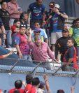 Gerardo Villa en el momento que le pide a algunos aficionados que se retiren del estadio Doroteo Guamuch Flores. (Foto Prensa Libre: Jesús Cuque)