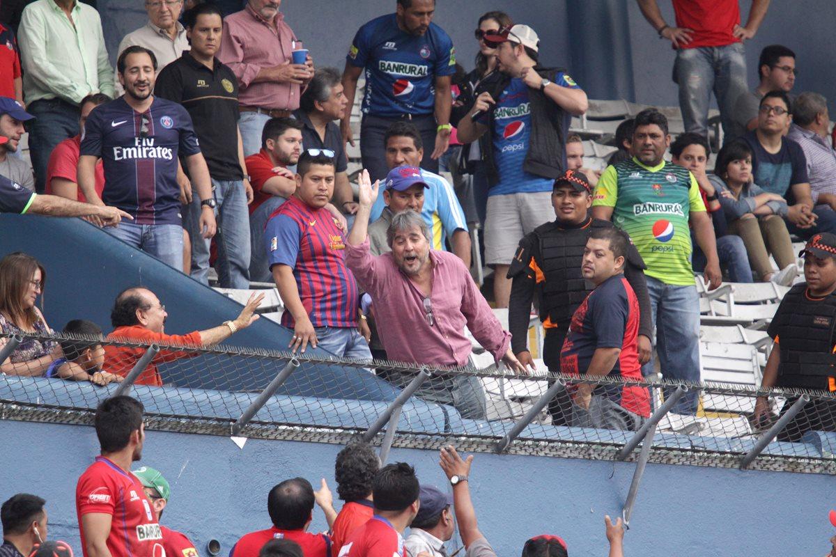 Gerardo Villa pierde el control y pide a aficionados rojos que se retiren del estadio