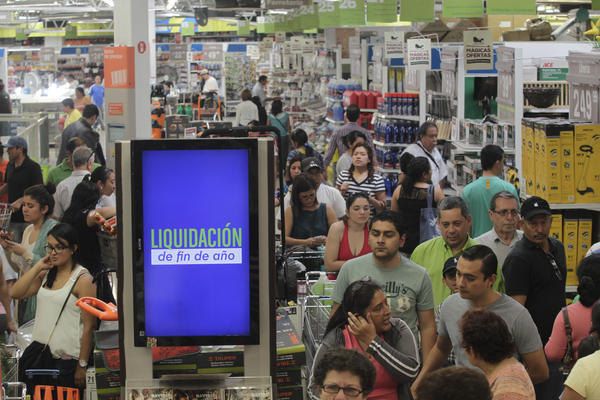 "Miles acudieron a comprar ante saldos navideños. (Foto. Prensa Libre: EDWIN BERCIÁN). <br _mce_bogus=""1""/>"