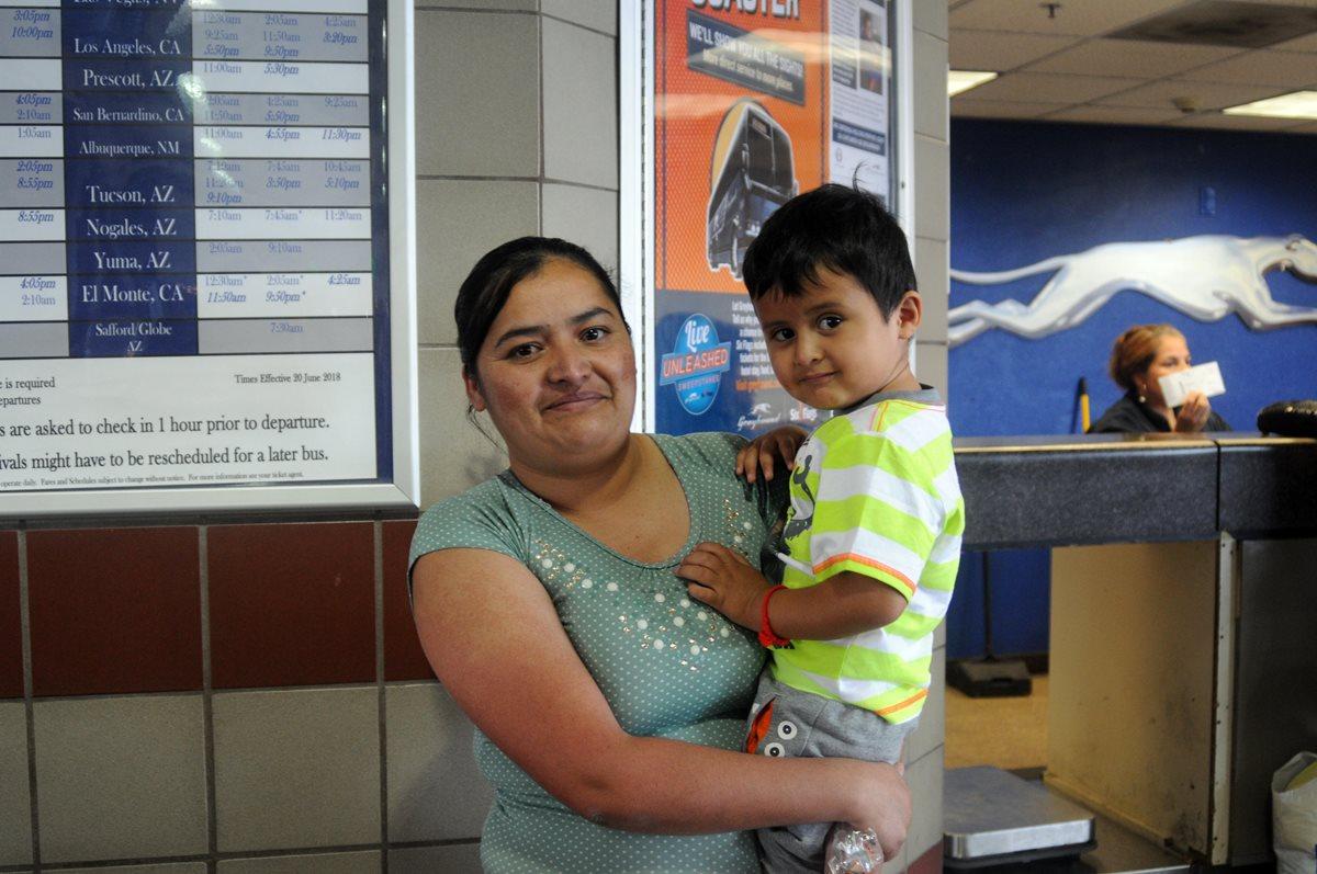 Mircy Alba López posa junto a su hijo Eder Galicia, de 3 años en Phoenix, Arizona, Estados Unidos. (Foto Prensa Libre:EFE)