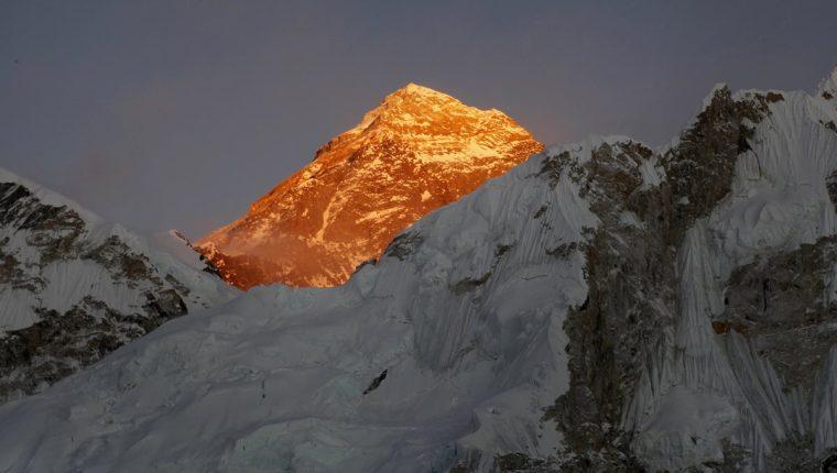 Conquistar la cima del monte Éverest es uno de los sueños de varios montañistas. (Foto Prensa Libre: AP)