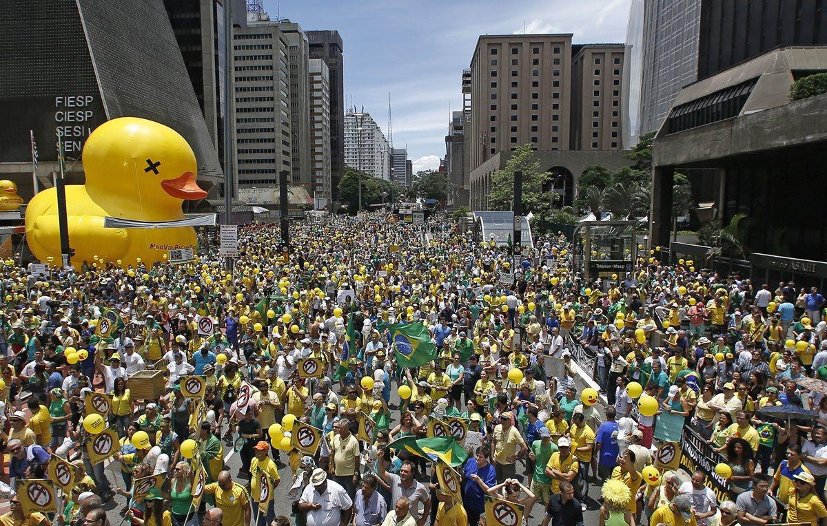 Miles de brasileños piden la destitución de Dilma Rousseff en Río de Janeiro. (Foto Prensa Libre: AFP).