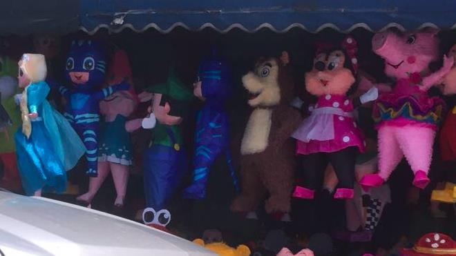 Inusual piñata exhibida en la zona 1 causa polémica