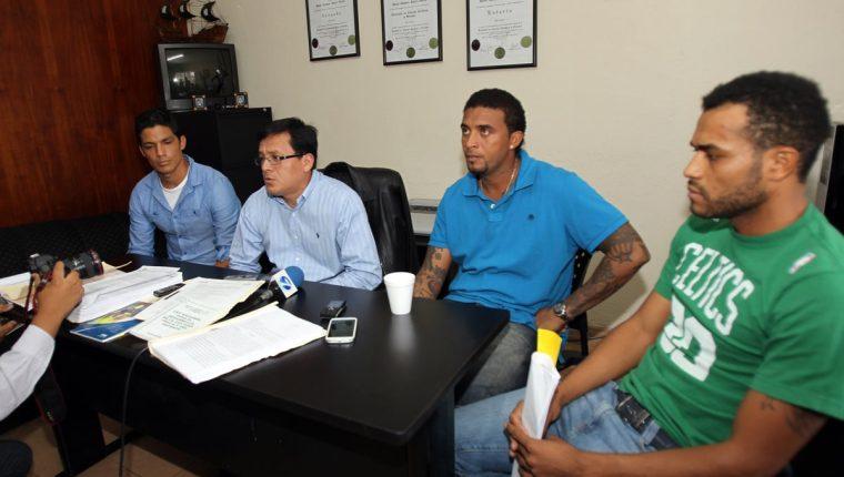 Los jugadores durante la conferencia de prensa que brindaron cuando se les acusó de arreglar partidos en 2012. (Foto Prensa Libre: Hemeroteca)