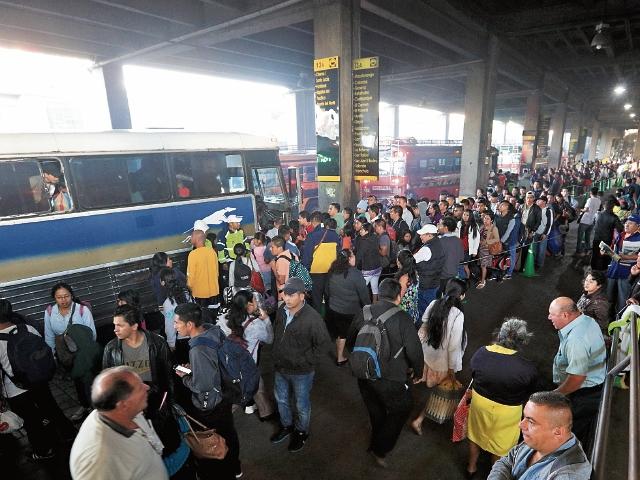 Pese al incremento en el costo del pasaje, cientos de personas esperan para abordar alguno de los buses hacia la Costa Sur, en la estación Centra Sur, zona 12 de Villa Nueva. (Foto Prensa Libre: Carlos Hernández)