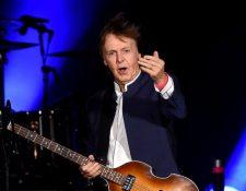 Paul McCartney es un cantautor, multinstrumentista, compositor y actor británico conocido por ser parte de la banda The Beatles.(Foto Prensa Libre: AFP).