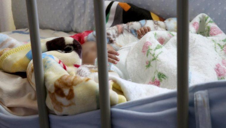 Un bebé que fue abandonado por sus padres duerme en una de las salas del Centro de Recuperación Nutricional de Huehuetenango. (Foto Prensa Libre: Mike Castillo)