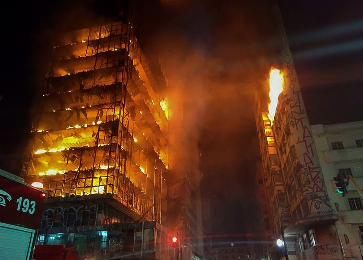 El incendio registrado esta madrugada provocó el colapso de un edificio de 24 niveles. (Foto Prensa Libre: AFP)