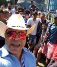 Neto Bran transmitió en su página de facebook y expresó su indignación por lo que considera una estafa por parte de Deportivo Reu. (Foto Prensa Libre: Facebook de Neto Bran)