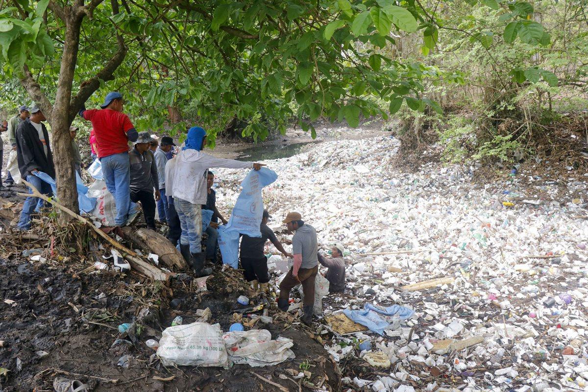 Río que atraviesa Retalhuleu se colma de desechos luego de las lluvias del pasado fin de semana
