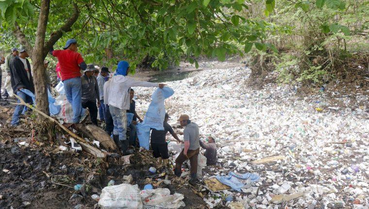 El río Bolas es el que más se contamina en Retalhuleu durante el invierno, ya que atraviesa el centro de la cabecera. (Foto Prensa Libre: Rolando Miranda)