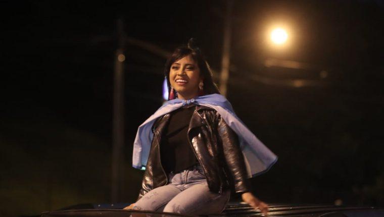 Paola Chuc se dirigió en una larga caravana de vehículos a un centro comercial, luego de arribar al país. (Foto Prensa Libre, Juan Diego González).