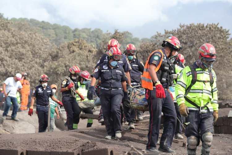 Los cuerpos de rescate continúan con la búsqueda de víctimas en la zona cero, antes de que se cumplan las 72 horas en las que se puede encontrar personas con vida.