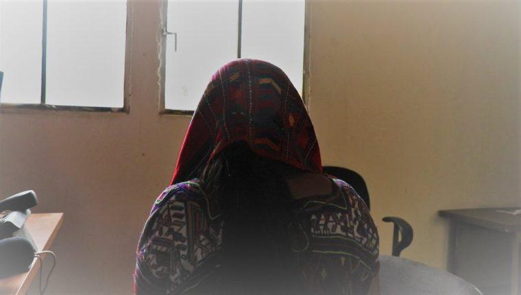 La madre de la joven secuestrada relata cómo esta logró escapar de sus captores. (Foto Prensa Libre: Héctor Cordero)
