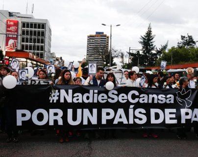 Amigos y colegas del equipo periodístico secuestrado en la frontera con Colombia participan en una marcha en Quito,Ecuador.(Foto Prensa Libre:EFE).